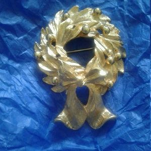 Napier gold tone wreath brooch with bow